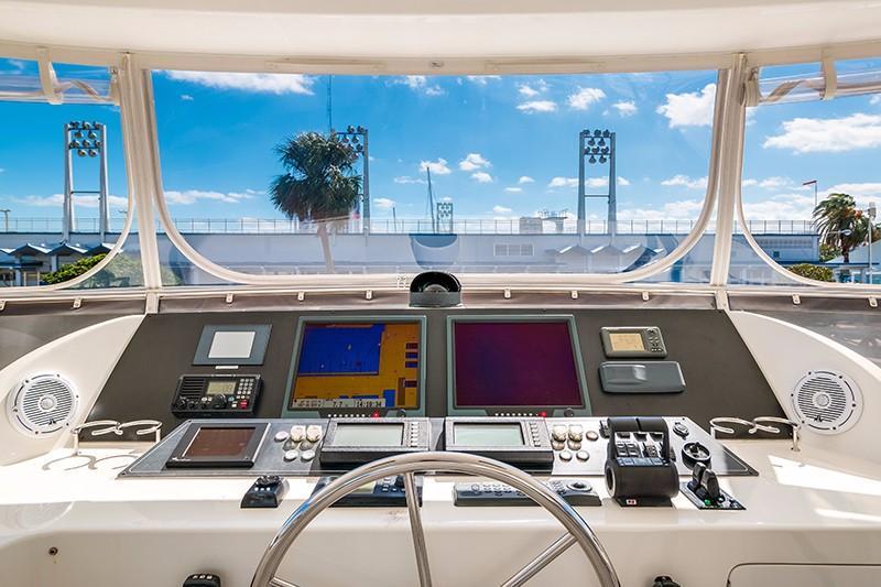 78 Ocean Alexander Flybridge Helm