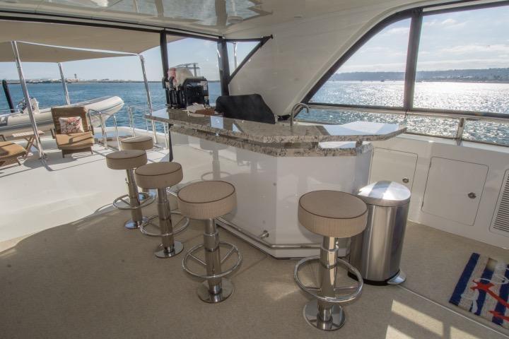 85 Ocean Alexander Flybridge bar 2 (daylight)