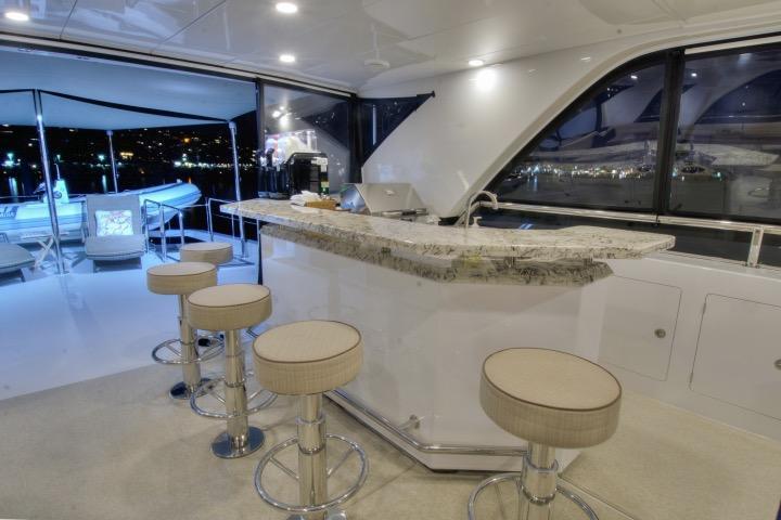 85 Ocean Alexander Flybridge bar 3 (nightlight)
