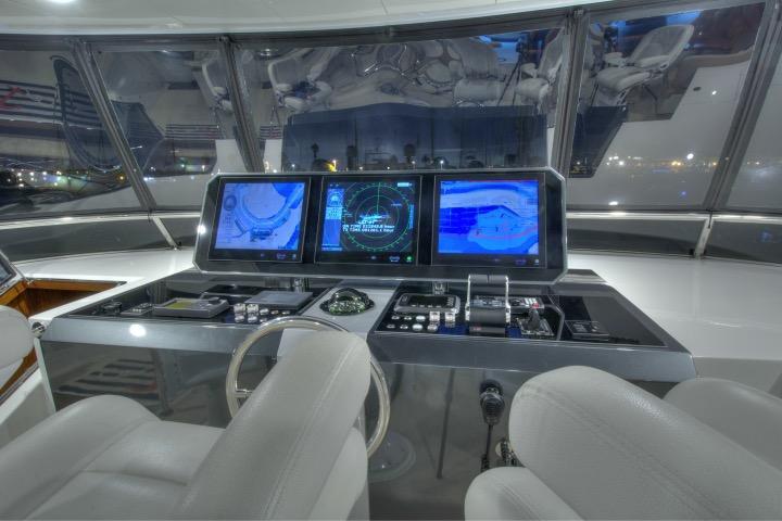 85 Ocean Alexander Flybridge helm