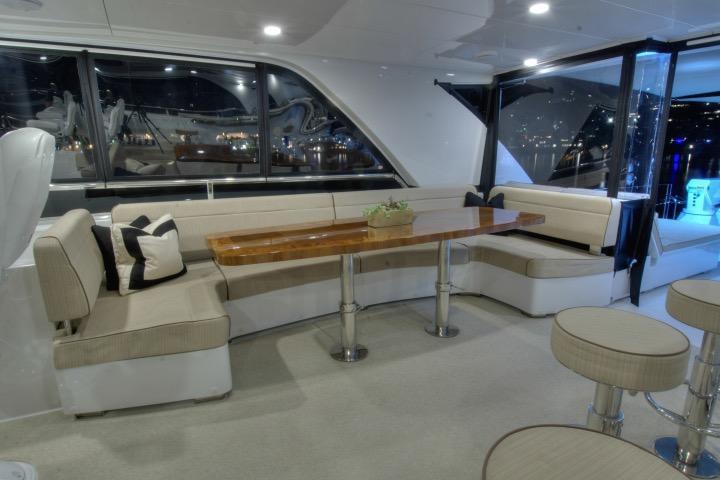 85 Ocean Alexander Flybridge lounge (nightlight)