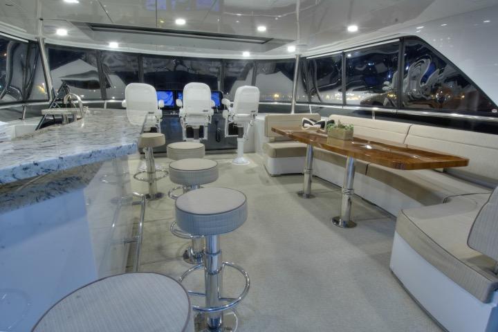 85 Ocean Alexander Flybridge bar & lounge