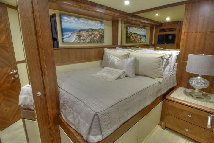 85 Ocean Alexander Guest starboard