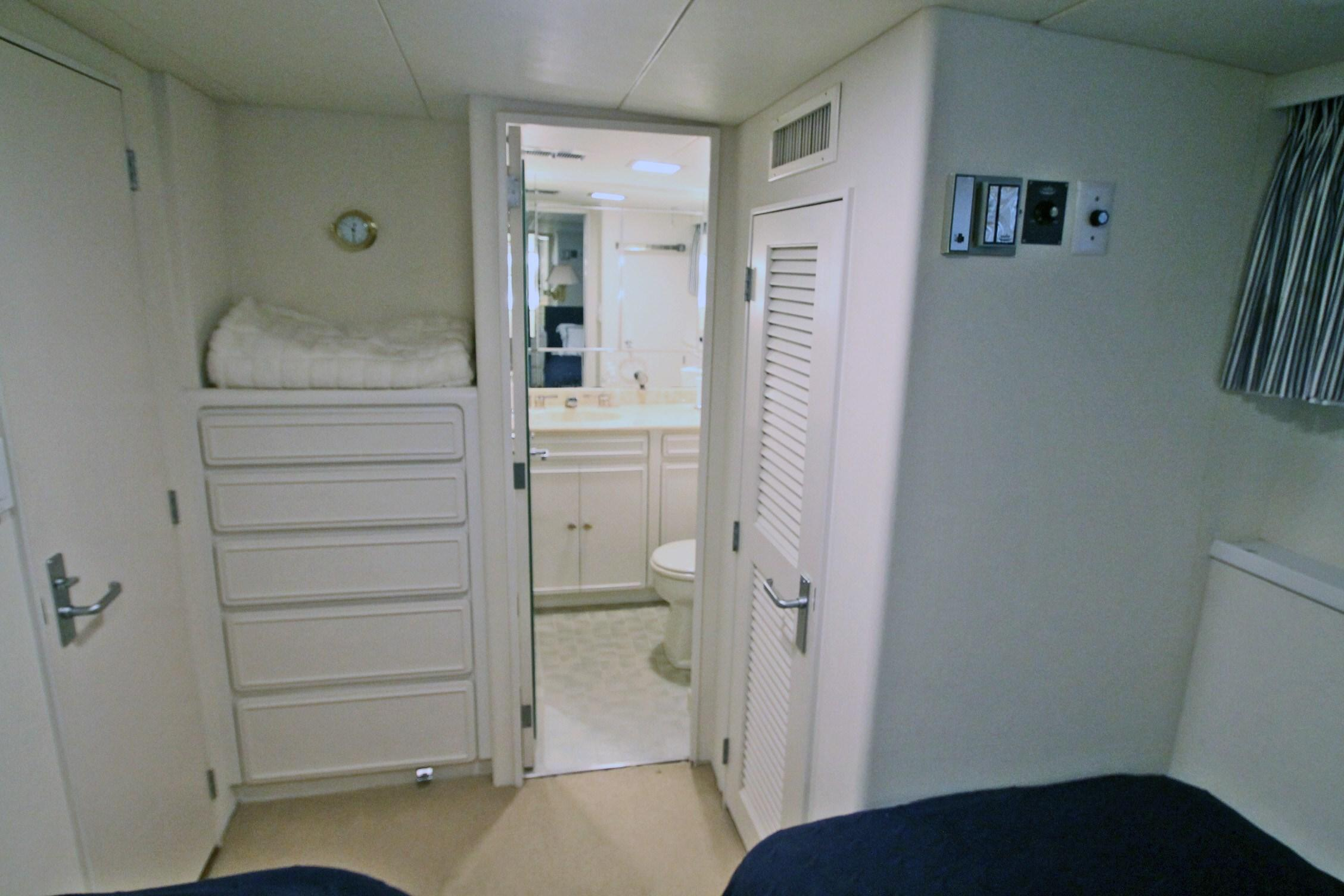 86 Burger Port Twin Stateroom Looking AFT