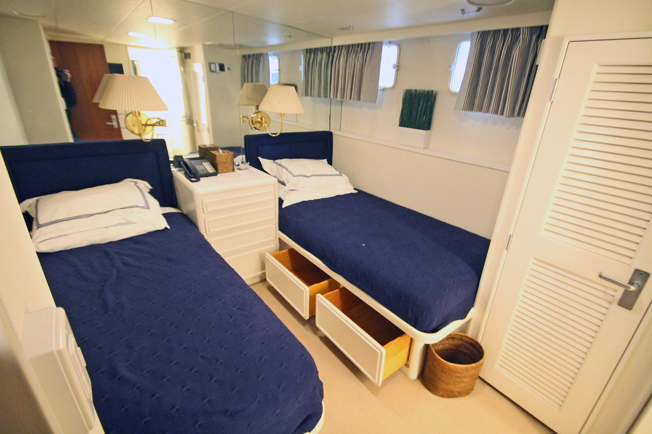 86 Burger STBD Twin Stateroom