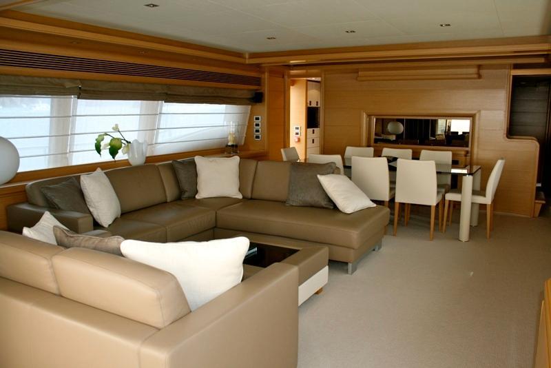 97 Ferretti Yachts salon
