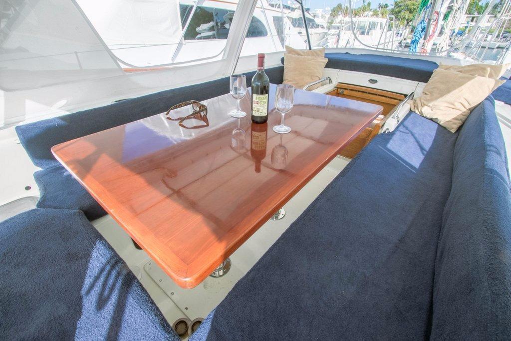 62 Deerfoot Deerfoot 62' - cockpit dining table