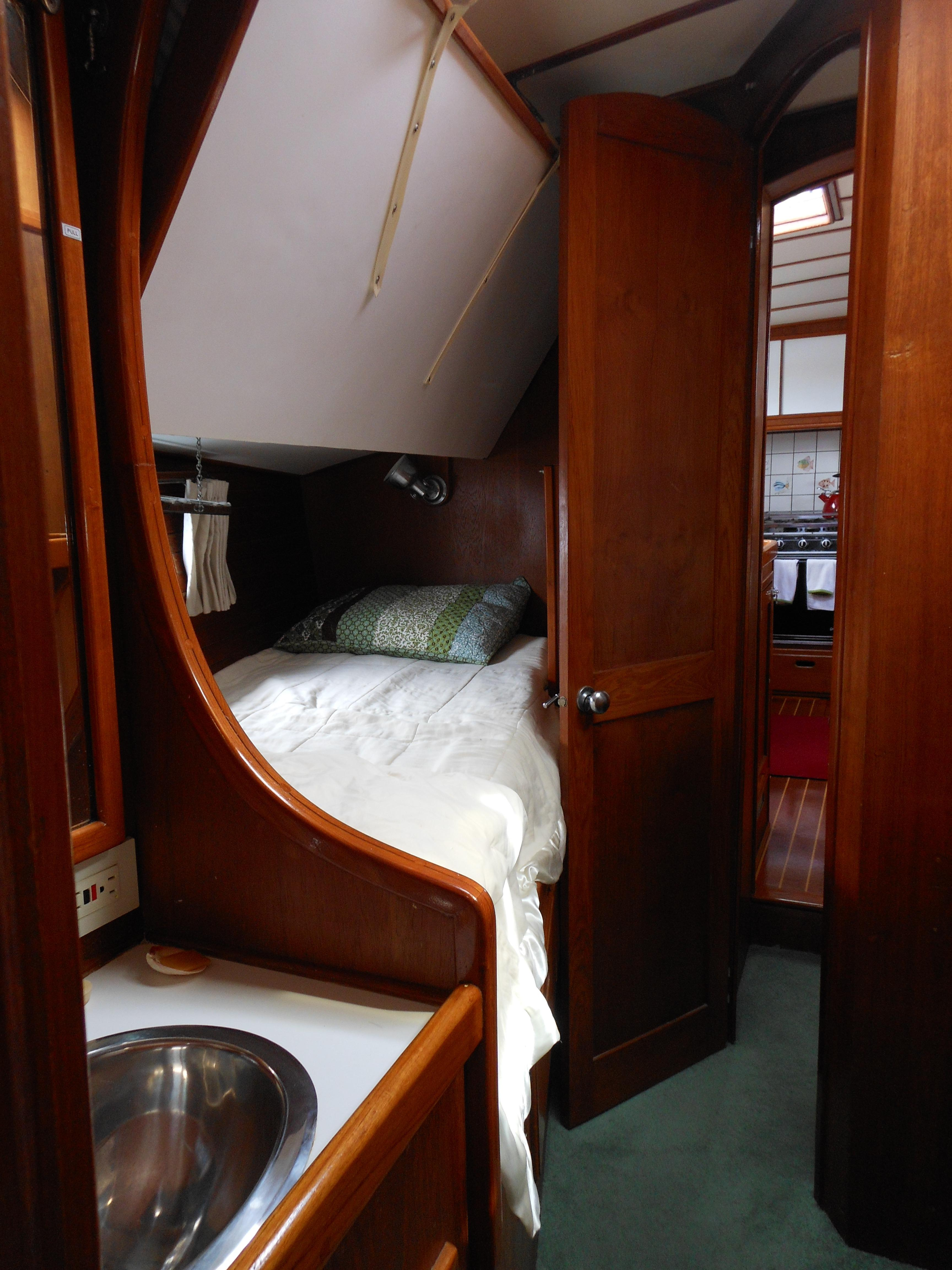 57 Wellington Starboard guest with folding bunk above