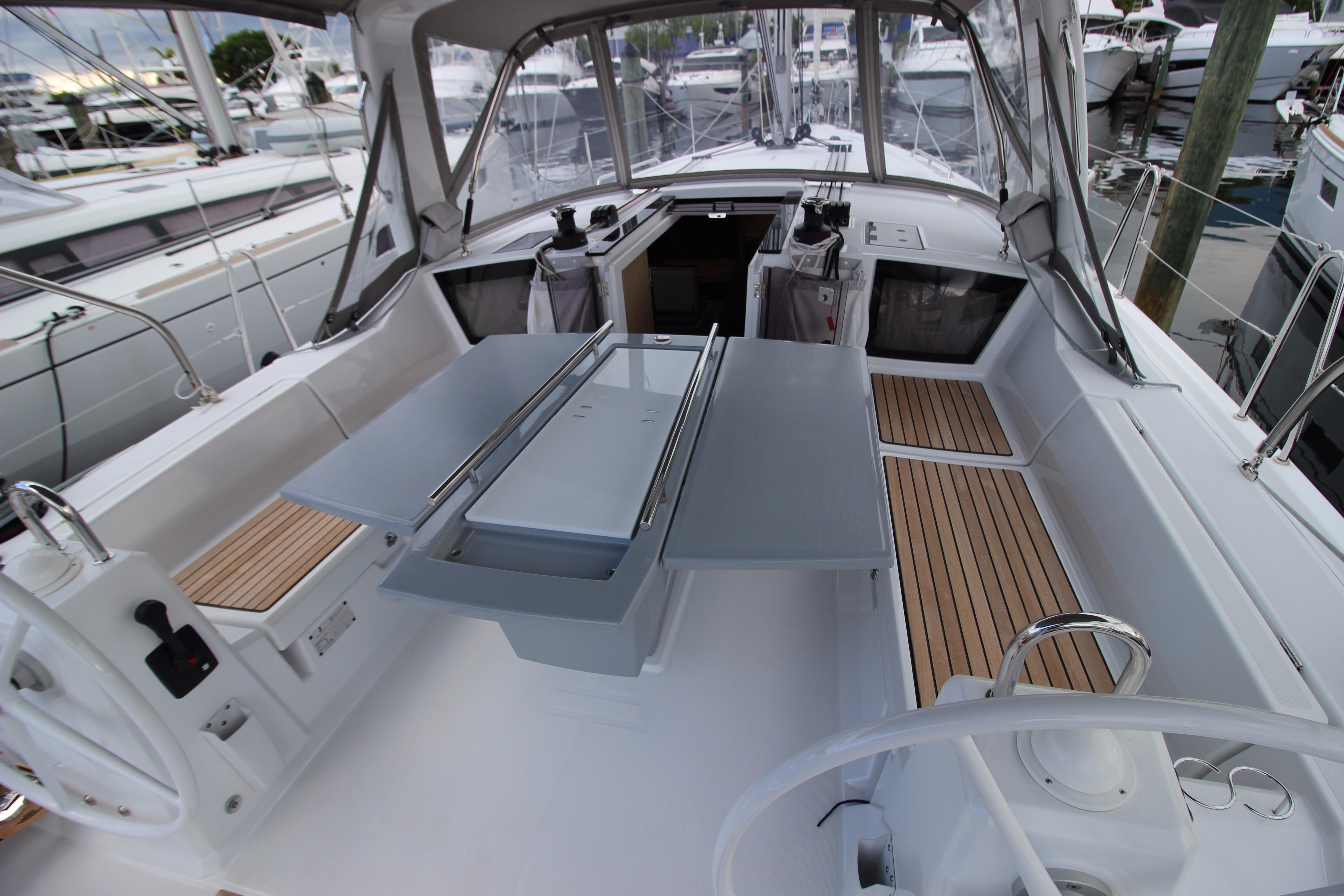 41 Beneteau Cockpit table