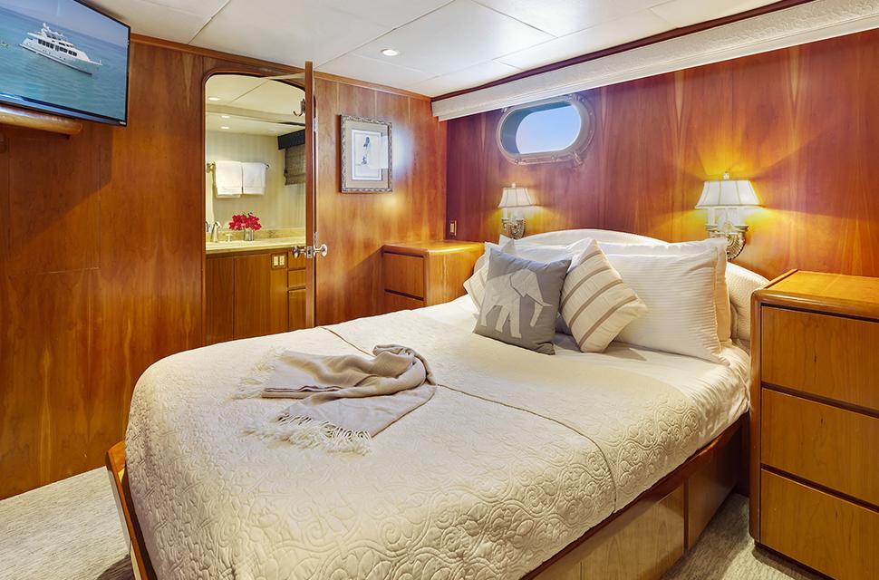 Luxury Yacht Rental: IL CAPO   110' Broward Marine - photo 3