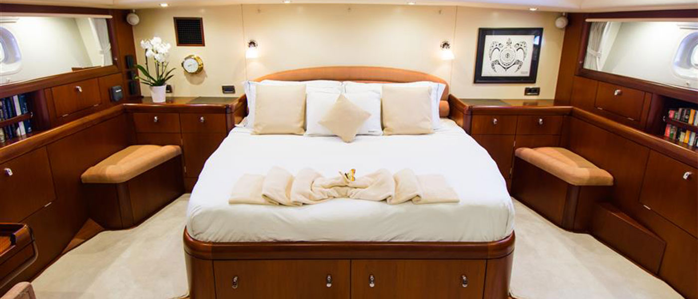 82' Oyster 2005 master stateroom