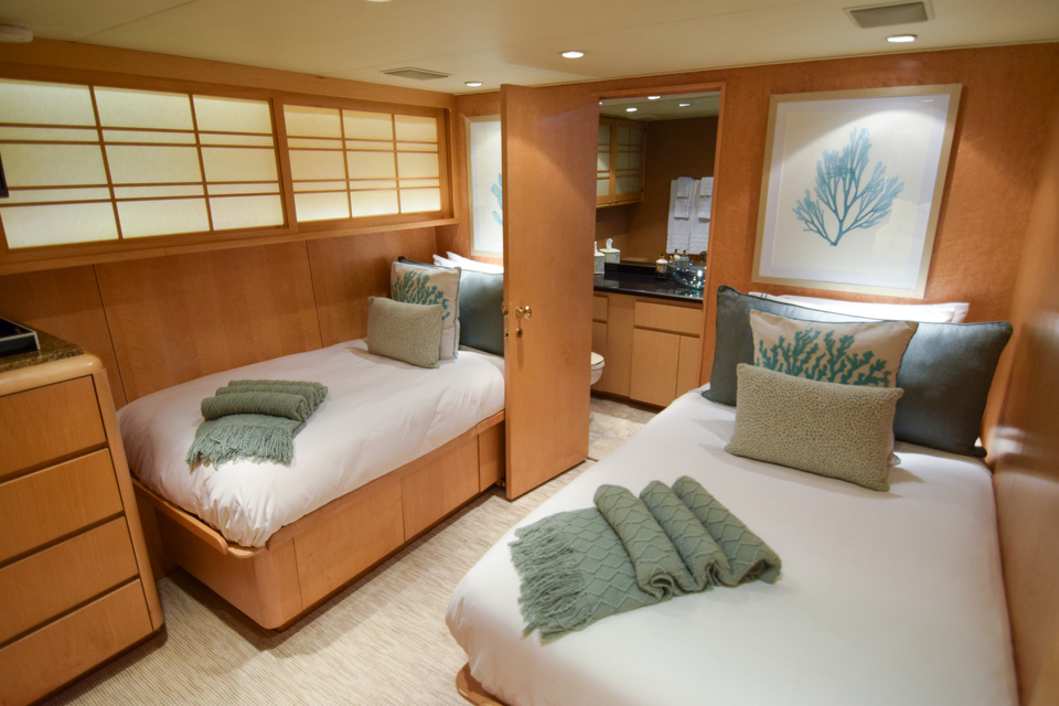 Luxury Yacht Charter: ISLAND VIBES   107' Broward 1997/2019 - photo 7