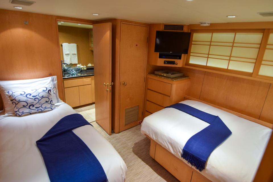 Luxury Yacht Charter: ISLAND VIBES   107' Broward 1997/2019 - photo 6