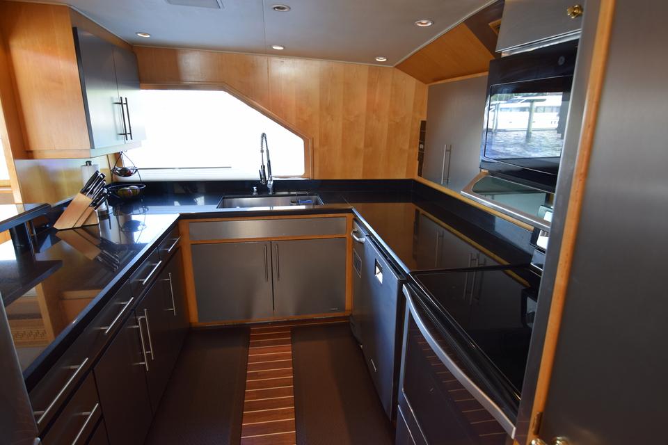Luxury Yacht Charter: ISLAND VIBES   107' Broward 1997/2019 - photo 8