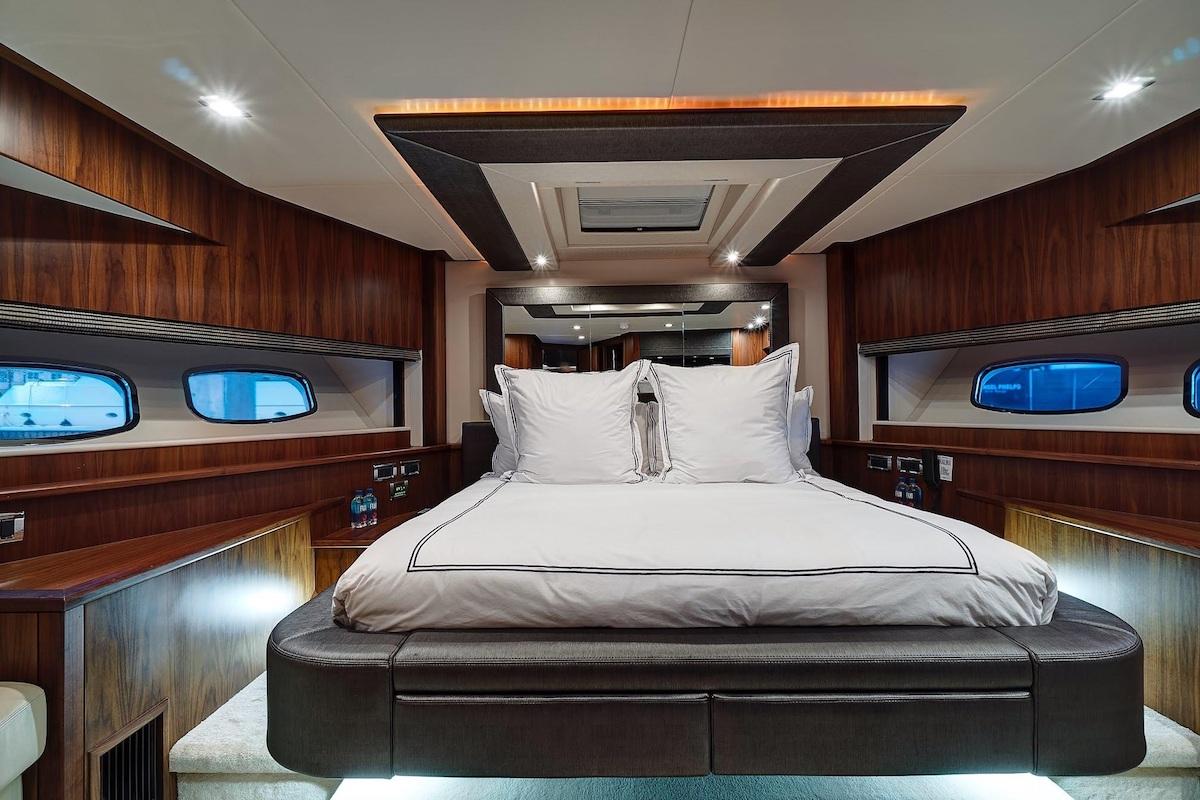 Luxury Yacht Charter: SPLASHED OUT | 88' Sunseeker 2010/2020 - photo 6