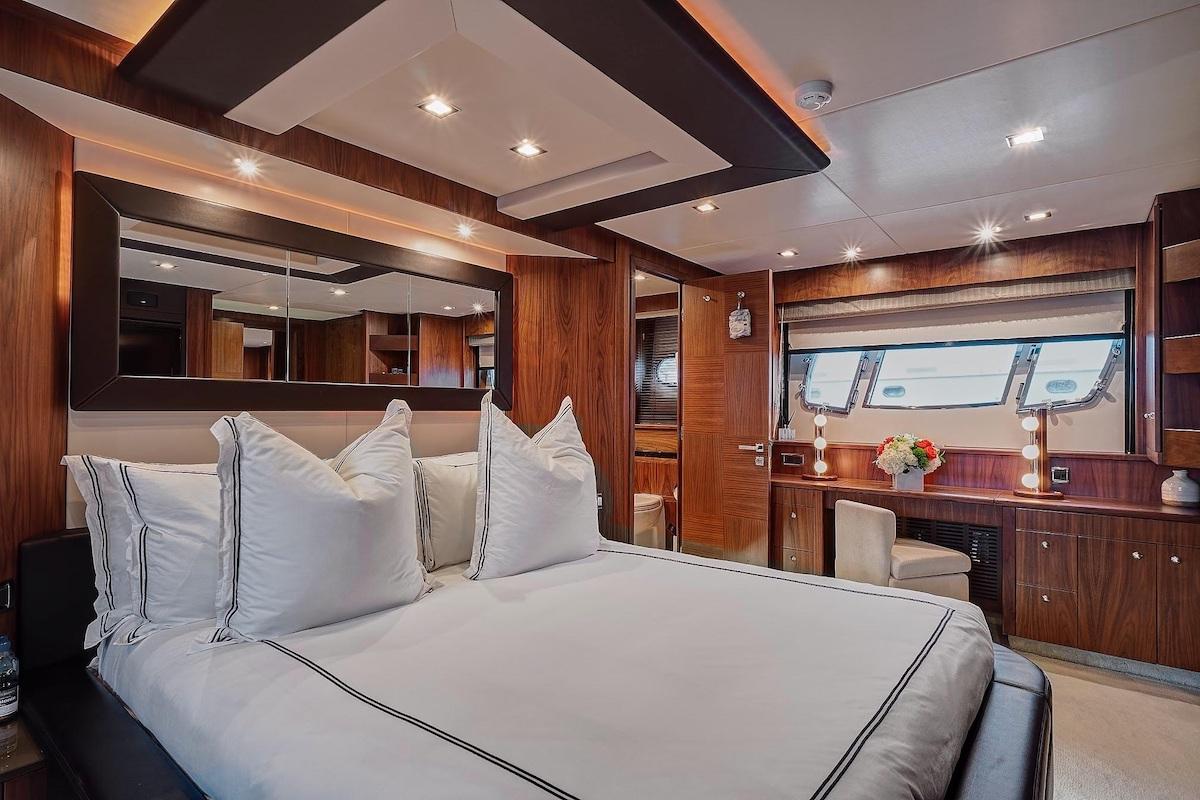 Luxury Yacht Charter: SPLASHED OUT | 88' Sunseeker 2010/2020 - photo 7